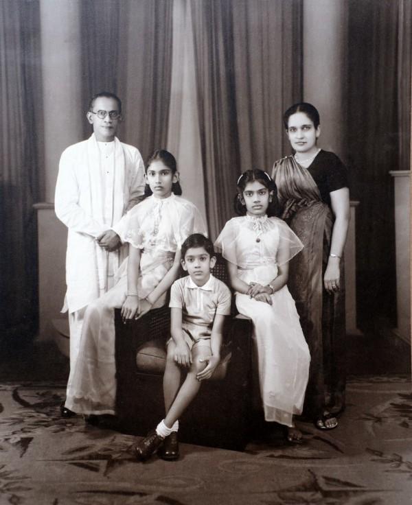 පවුලේ සමූහ ඡායාරූපයක් Family photograph குடும்ப புகைப்படமொன்று