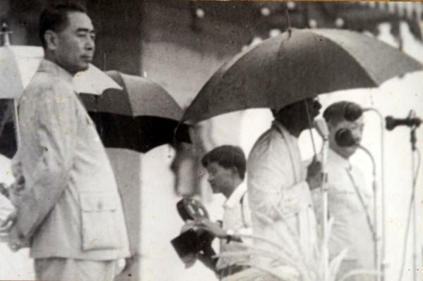 චීන අගමැති චූ-එන්-ලායි මහතා සමග With Chinese Prime Minister Chou-En-Lai சீனப்பிரதமர் சூ என் லாய் அவர்களுடன்