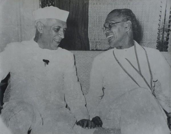 ඉන්දීය අගමැති ජවහර්ලාල් නේරුතුමා සමග With Indian Prime Minister Pundit Jawaharlal Nehru இந்தியப் பிரதமர் பண்டிட் ஐவஹர்லால் நேருவுடன்