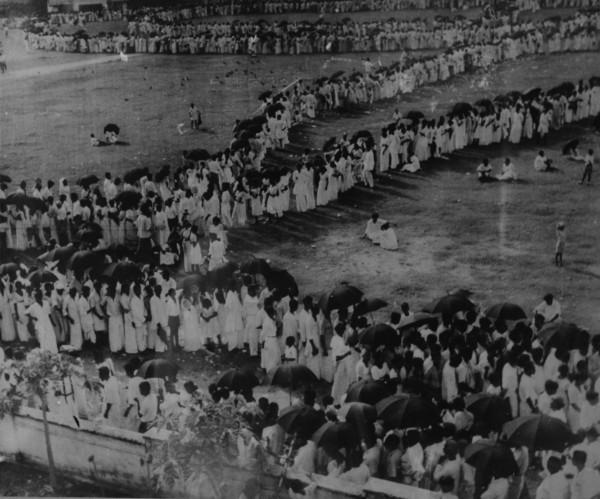 ලක්ෂ සංඛ්යාත ජනතාවගේ අවසන් බුහුමන්   Crowds paying last homage   இலட்சக்கணக்கான மக்களின் இறுதி மரியாதை