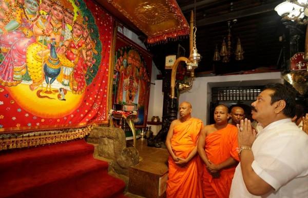 කතරගම මහා දේවාලයේ | கதிர்காமம் இந்துக் கோவில் | Kataragama Hindu Temple - pic via: facebook.com/PresidentRajapaksa