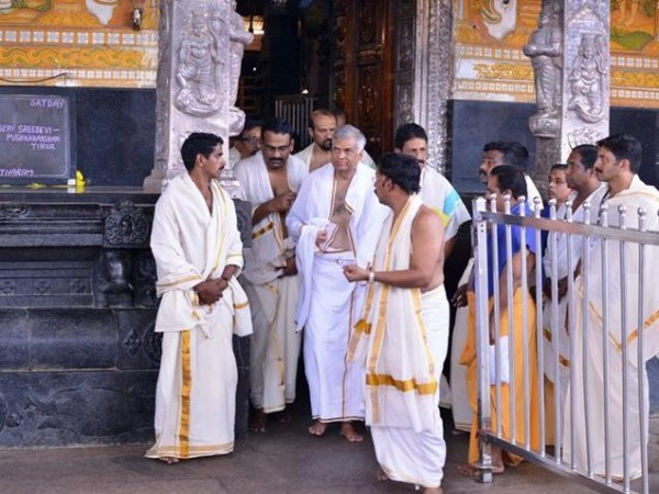 Prime Minister Ranil Wickramasinghe at the Guruvayur temple-pic courtesy of: The Hindu
