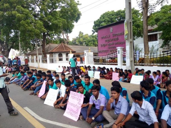 Students in Jaffna on Oct 25 - pic: @tharinduij